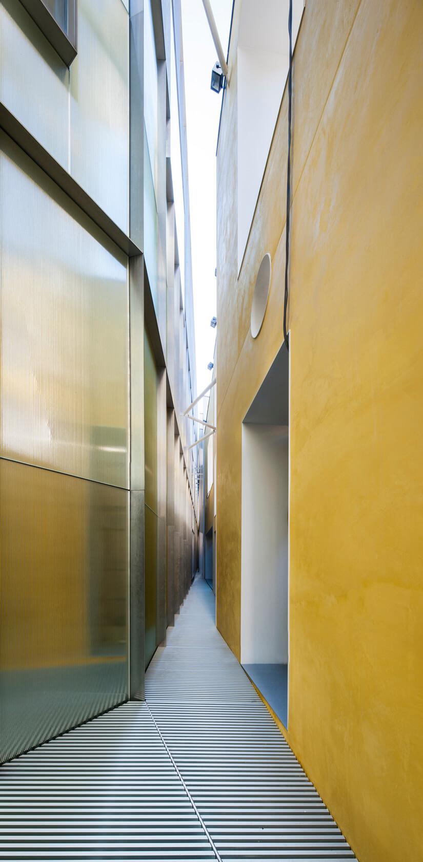 Espacio entre las dos fachadas de la Ampliación