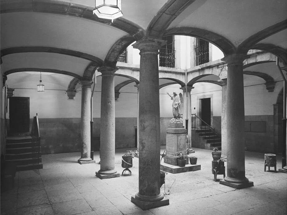 The courtyard of the Velarde Palace when it was the school run by the 'Religiosas del Santo Ángel'
