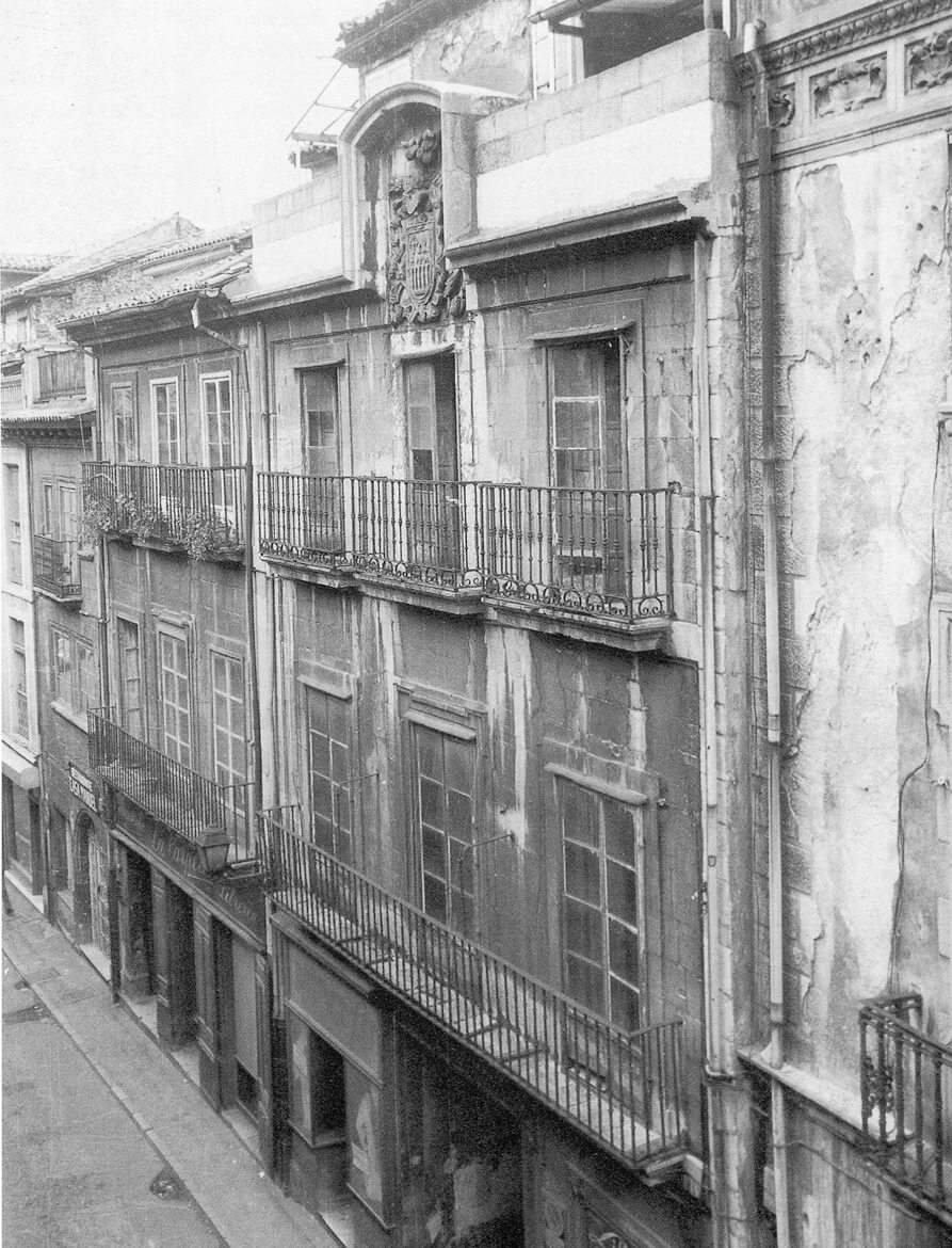 Façade of the Casa de Oviedo-Portal in 1981