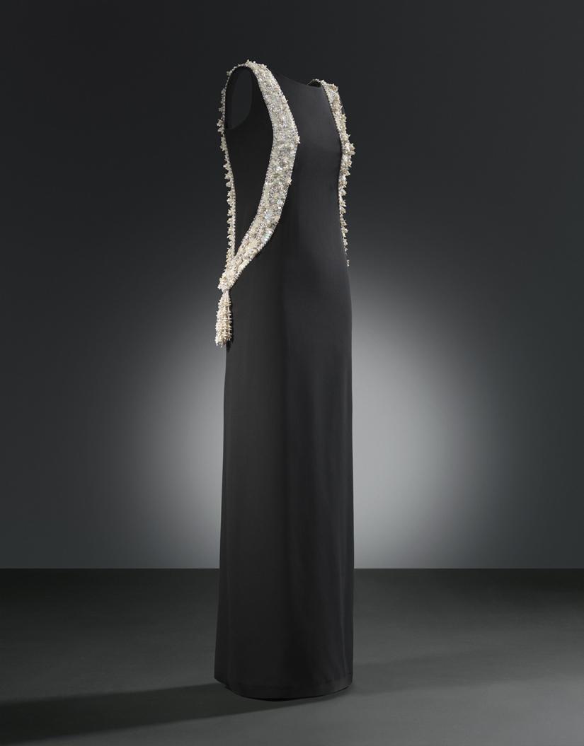 Vestido de noche en crespón de seda negro, 1968, de Cristóbal Balenciaga. Fotografía: Manuel Outumuro. Colección Cristóbal Balenciaga Museoa, Getaria.