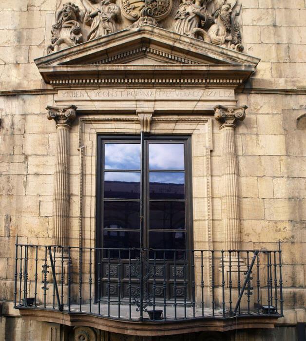 Balcón principal de la fachada a la calle Santa Ana.