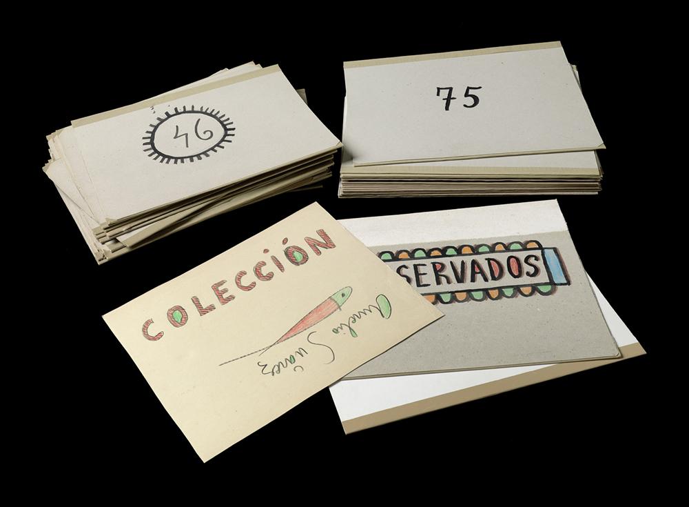 Donación | Carpetas rotuladas y decoradas por Aurelio Suárez | Fotografía: Marcos Morilla