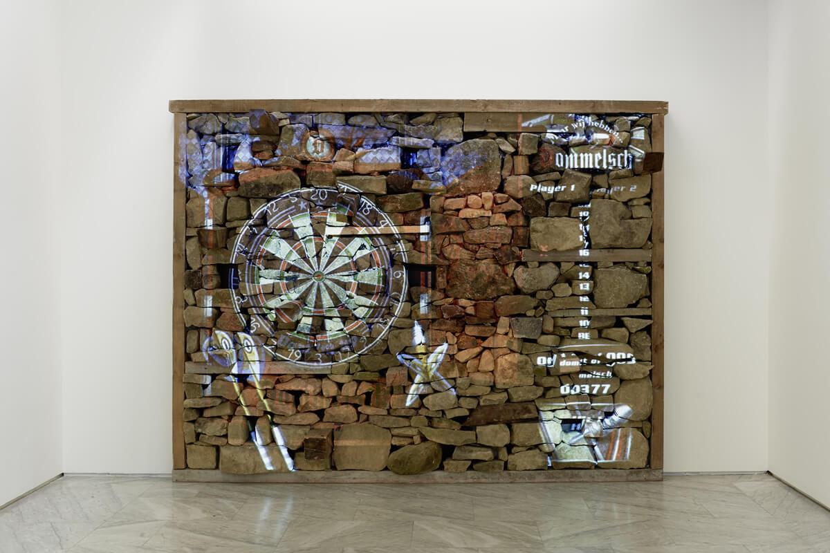 Cuco Suárez, Muro, 2017. Instalación interactiva. Muro tradicional de mampostería con proyecciones de programas informáticos. Fotografía: Marcos Morilla