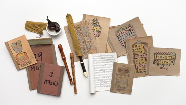 Donación | Carpetas de música decoradas y manuscritas por el artista junto a algunas flautas que le pertenecieron |Fotografía: Marcos Morilla.