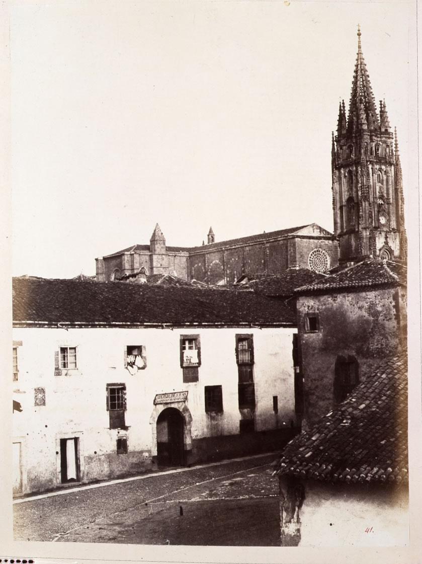 Charles Clifford, Vista de la calle San Juan y la torre de la catedral de Oviedo, 1858
