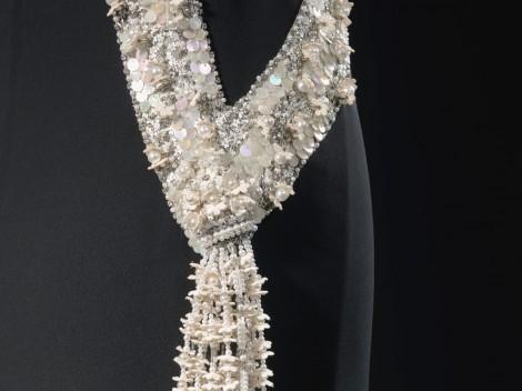 Detalle del Vestido de noche en crespón de seda negro. Fotografía: Manuel Outumuro. Colección Cristóbal Balenciaga Museoa, Getaria.